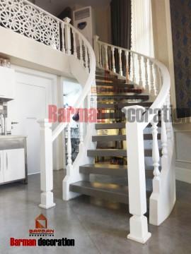 پله گرد با نرده های چوبی سفید رنگ